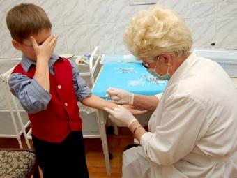 Школьника на 2 месяца отправили домой из-за отсутствия прививки