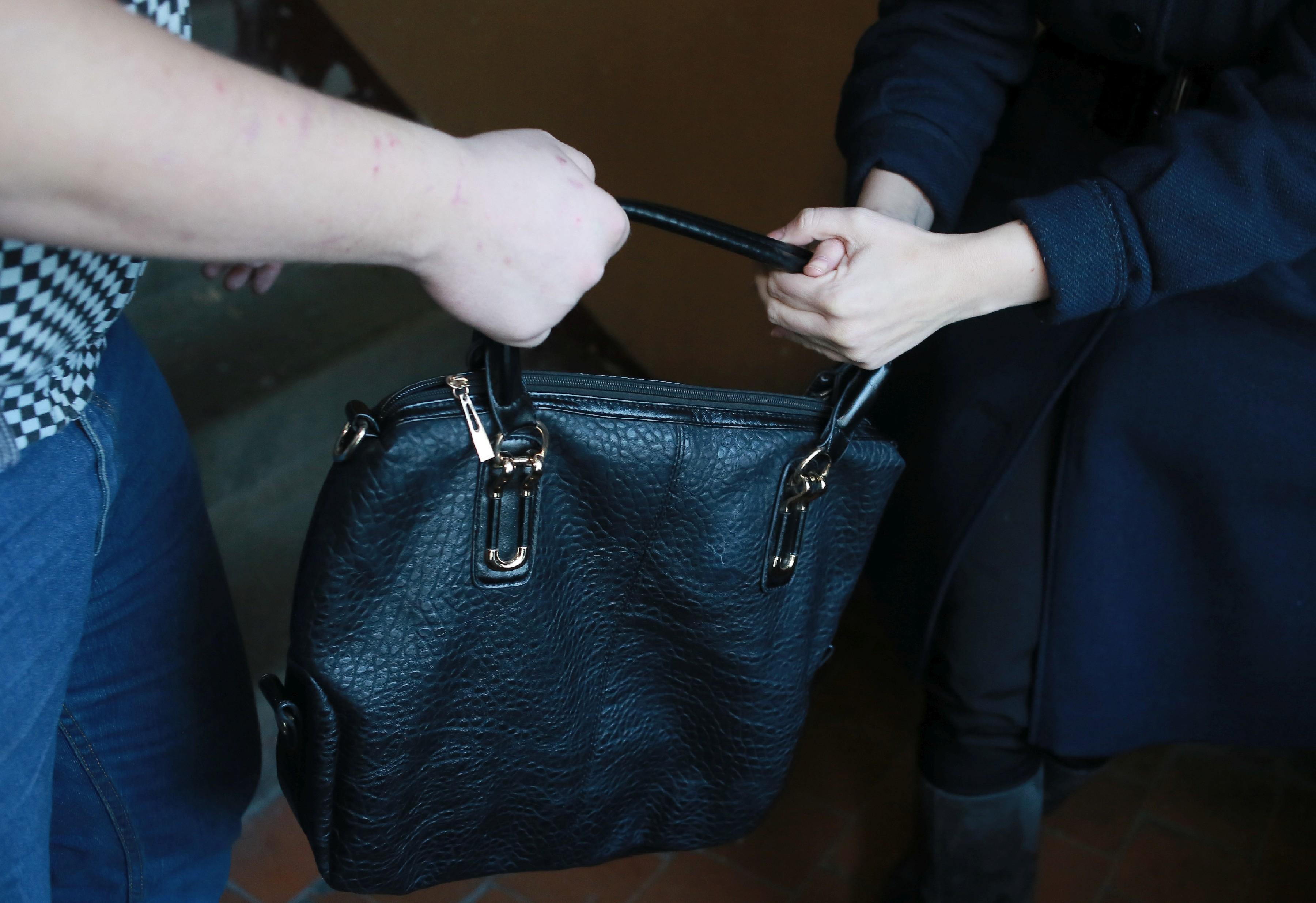 Фото мужчин с женскими сумками