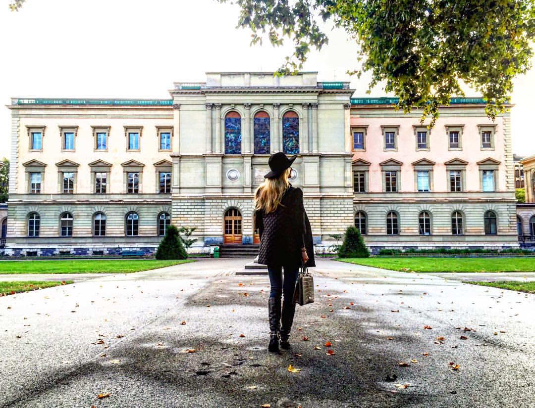 Рязанка прогулялась возле здания европейского отделения ООН в Швейцарии