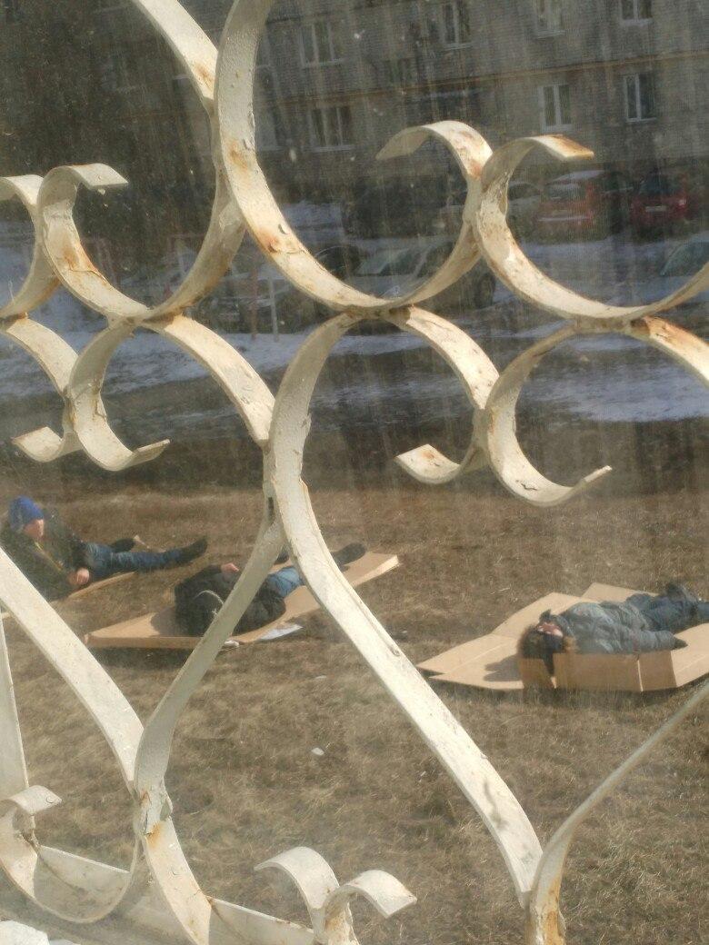 В Рязани дети устали ждать лето и легли загорать в куртках