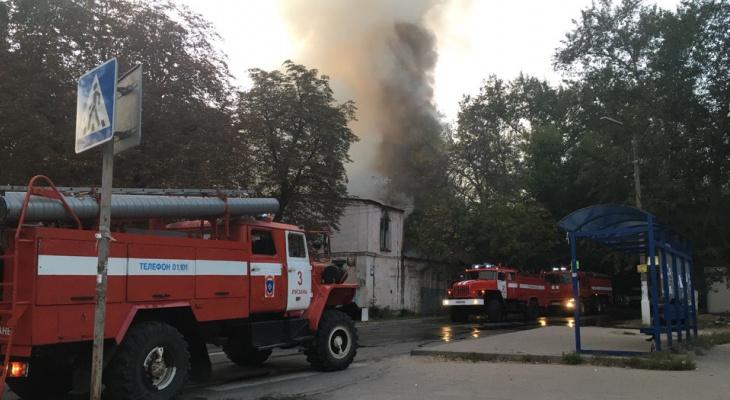 В Рязани сгорел заброшенный клуб Керамзавода