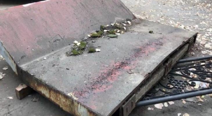 Мужчина, на которого обрушился бетонный козырек, умер в больнице