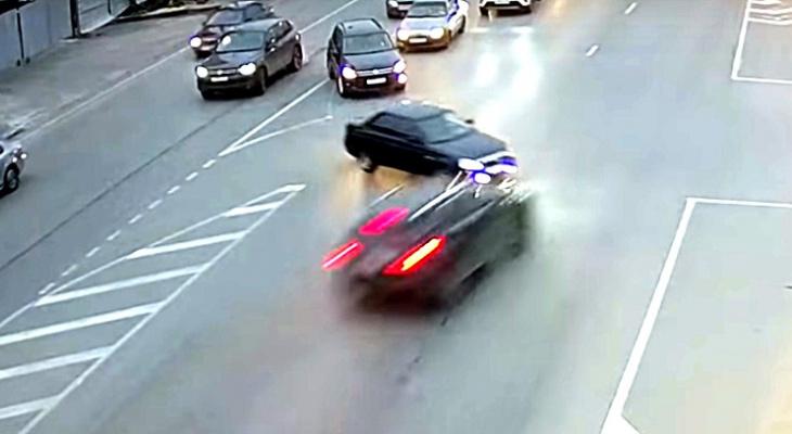 На Муромском шоссе внедорожник врезался в Приору: видео момента ДТП