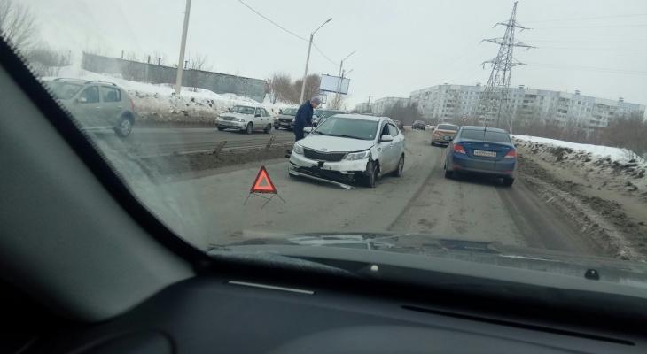 На Северной окружной автомобиль налетел на ограждение
