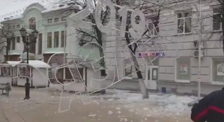 """И снова """"Рязань"""" пала слишком низко - на Почтовой рухнула гирлянда"""