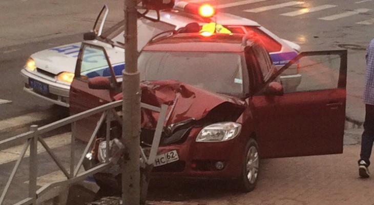 В Рязани водитель вылетел на красный и врезался в столб