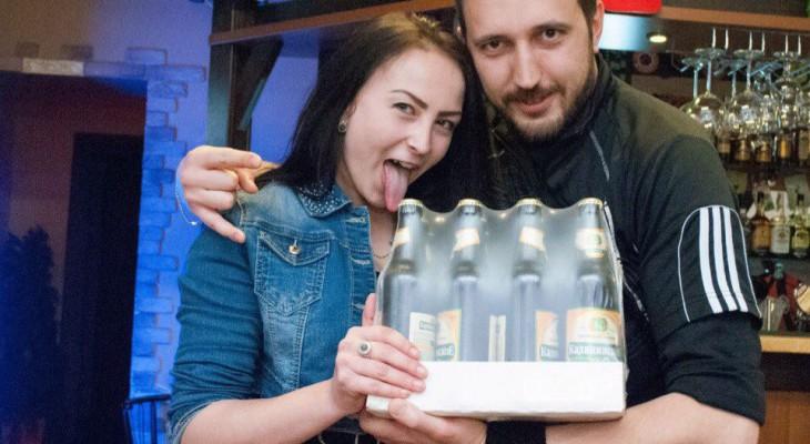 studentka-razvlekaetsya-s-gruppoy-molodih-lyudey-minetchitsi-russkie-porno-skritoy-kameroy