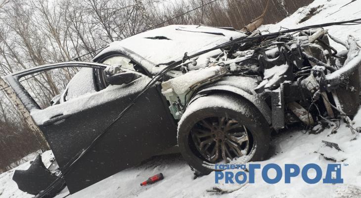 На трассе М5 «Урал» водитель BMW на огромной скорости снёс два столба