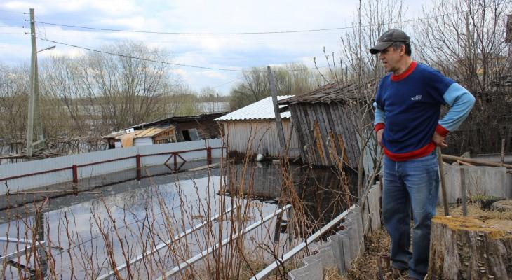 Опасаясь наводнения, жители области делают запасы