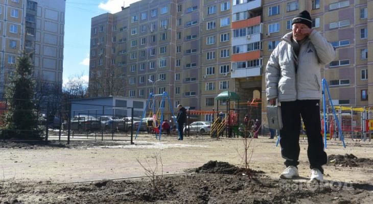 «Засохшие саженцы, разбитый тротуар и хлипкий заборчик»: журналисты Pro Города посетили благоустроенный двор по улице Новосёлов