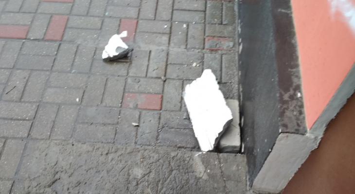 «Упавшая штукатурка мне чуть голову не проломила»: в жилом доме на Кольцова обвалился фасад здания