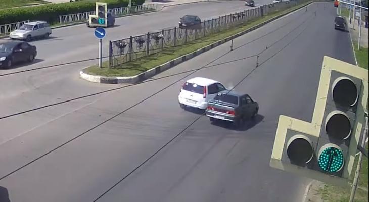 На Московском шоссе столкнулись водитель Ford Fusion не уступил дорогу «пятнадцатой»