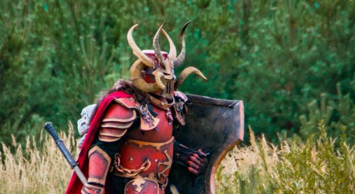 Чудовищные бойцы из игры Warhammer бродят по городу