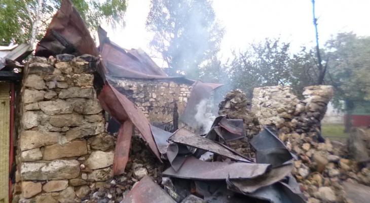 В Михайловском районе в горящем доме взорвался баллон с газом