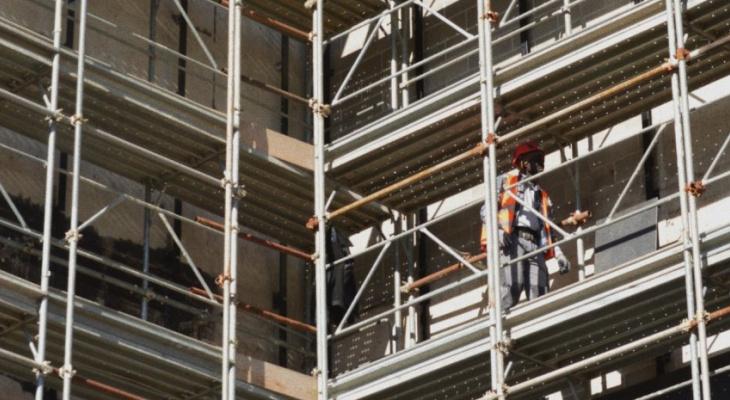 СМИ: на Высоковольтной улице 37-летний рязанец упал со строительных лесов