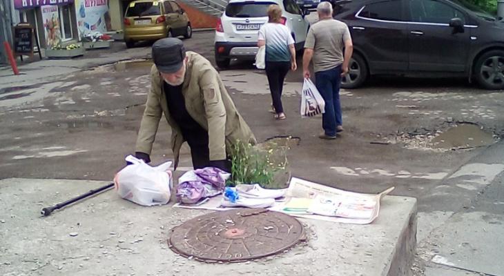 """Пенсионер продаёт вещи на остановке """"Шереметьево"""": рязанцы решили помочь дедушке"""