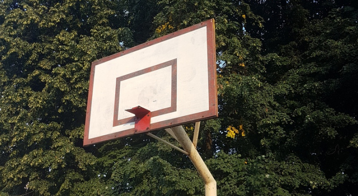 """""""Разобранные лавочки и невидимые баскетбольные кольца"""" - рязанец пожаловался на состояние спортивной площадки"""