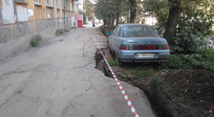 Дорожники обкопали автомобиль траншеей