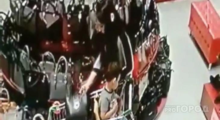 """Видео: в ТРЦ """"М5 Молл"""" женщина украла сумку, прикрыв её детской одеждой"""