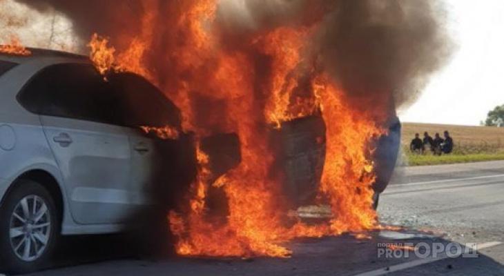 В Михайловском районе прямо на дороге вспыхнул автомобиль. Один человек погиб