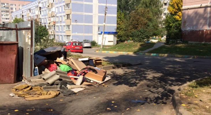 """""""Невозможно к дому проехать"""": рязанцы пожаловались на свалку мусора возле дома"""