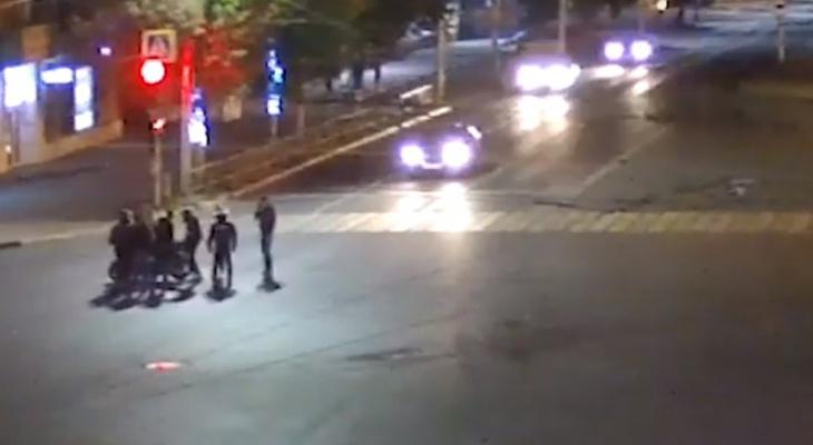 Видео: на Театральной столкнулись внедорожник и мотоцикл