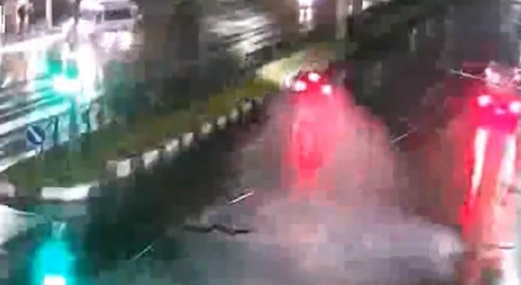 Видео: автомобиль протаранил разделительную полосу на Московском шоссе