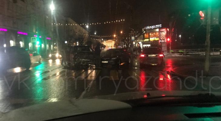 "Жесткая авария: возле ТЦ ""Атрон"" столкнулись два автомобиля"