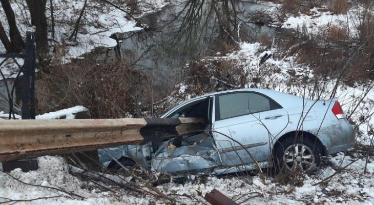 Серьезное ДТП в Рязанской области: иномарка врезалась в отбойник и вылетела в кювет