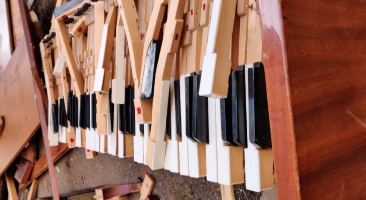 Пианино отправилось в полет: из окна института культуры выкинули 20 музыкальных инструментов