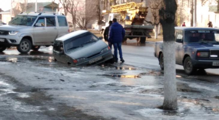Рязанские ямы вышли на новый уровень: в Шилове машина провалилась под лед посреди улицы