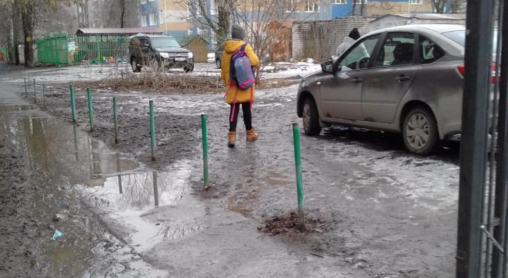 Весна пришла, дороги смыло: в Рязани к детской школе  искусств невозможно подойти, не испачкавшись по колено