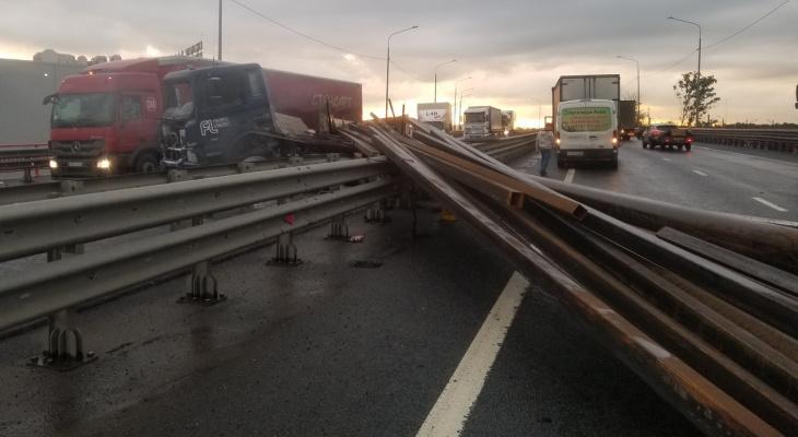 Балки на дороге: фура попала в аварию на Южной окружной