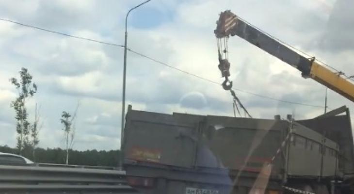 ДТП на Южной окружной: повисшую на отбойниках фуру вытаскивает автокран