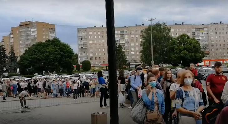 """На десятки метров: у вокзала """"Рязань-2"""" скопилась огромная очередь"""