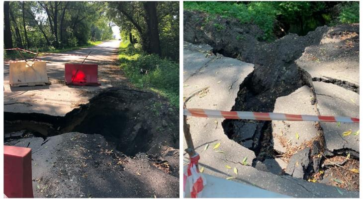 Трещины и обвал: ливень размыл дорогу в Сапожковском районе