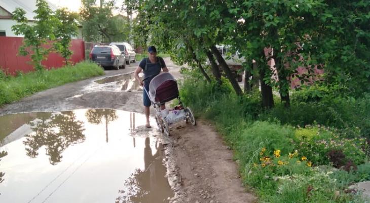 Ямы на улице Тюленина: в управлении благоустройства подумают о выравнивании улицы