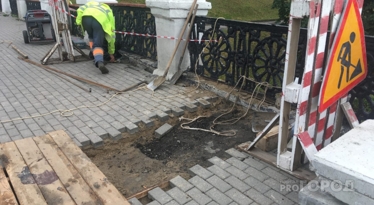 Мост через Лыбедь: рабочие устанавливают водоотводной лоток