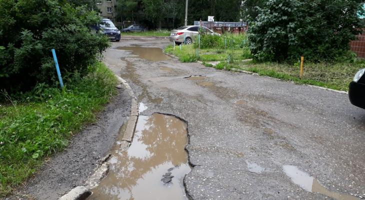 Яма на яме! Жители Тимакова на просьбу починить дорогу во дворе получают одни отговорки