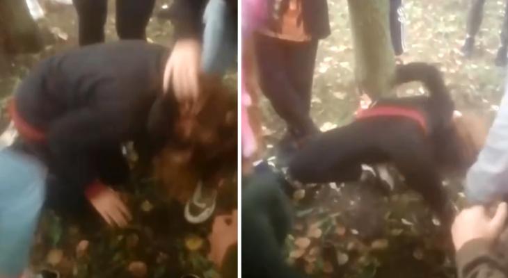 Дергали за волосы, катали по земле: в Новомичуринске засняли расправу толпы школьников над девочкой-подростком