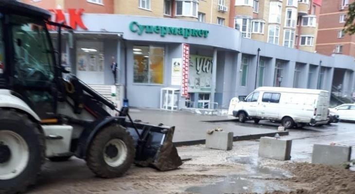 Не выдержал дождя: в Горроще из-за провала асфальта ограничили движение транспорта
