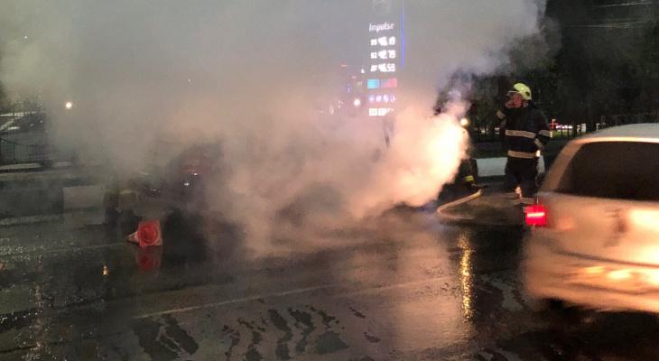 Клубы дыма: наМосковском шоссе сгорел автомобиль