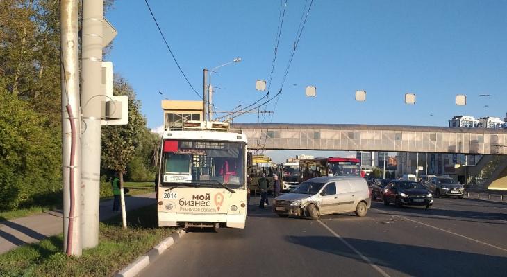 Заблокированы 2 полосы: на Московском шоссе в Рязани попал в ДТП троллейбус
