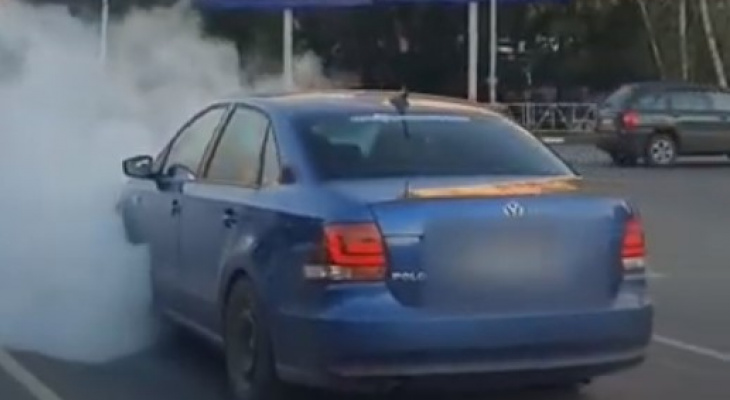 Машина из преисподней: на Московском шоссе сняли дымящийся Фольксваген