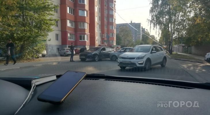 Поцелуй в бок: на Ленинского Комсомола столкнулись две иномарки