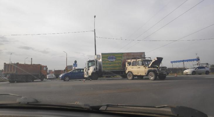 """Заперли в пробке: в Никуличах столкнулись грузовик и """"УАЗик"""""""