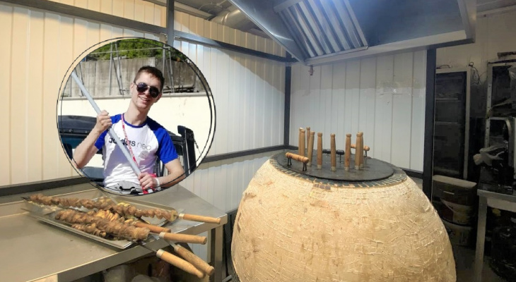 «Хочу, чтобы дети мной гордились»: парень из Рязани в 25 лет открыл тандырную и готовит вкусный шашлык