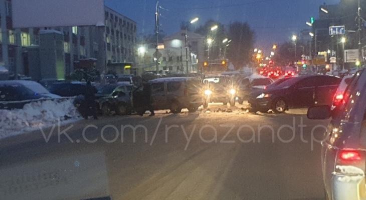 Три машины: из-за аварии в центре Рязани образовался затор