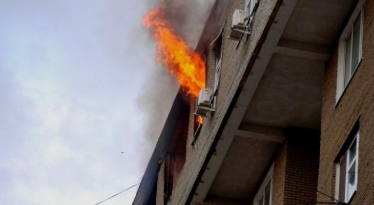 Приехали сразу: на Введенской в Рязани загорелась квартира