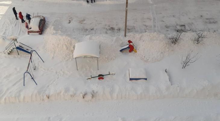 Вывалили на детскую площадку: как на улице Песоченская коммунальщики снег убирали